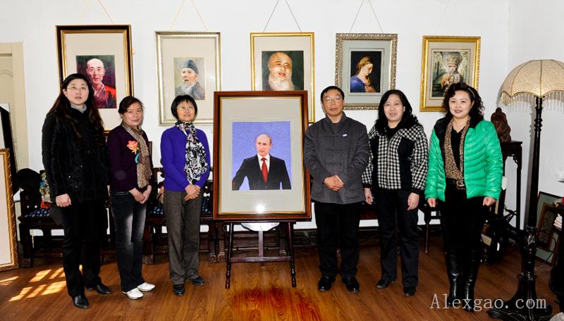 图为创作团队与《普京总统肖像》合影(左起:周晶、冯丽、李锦云、卜元、印俊平、花丽)
