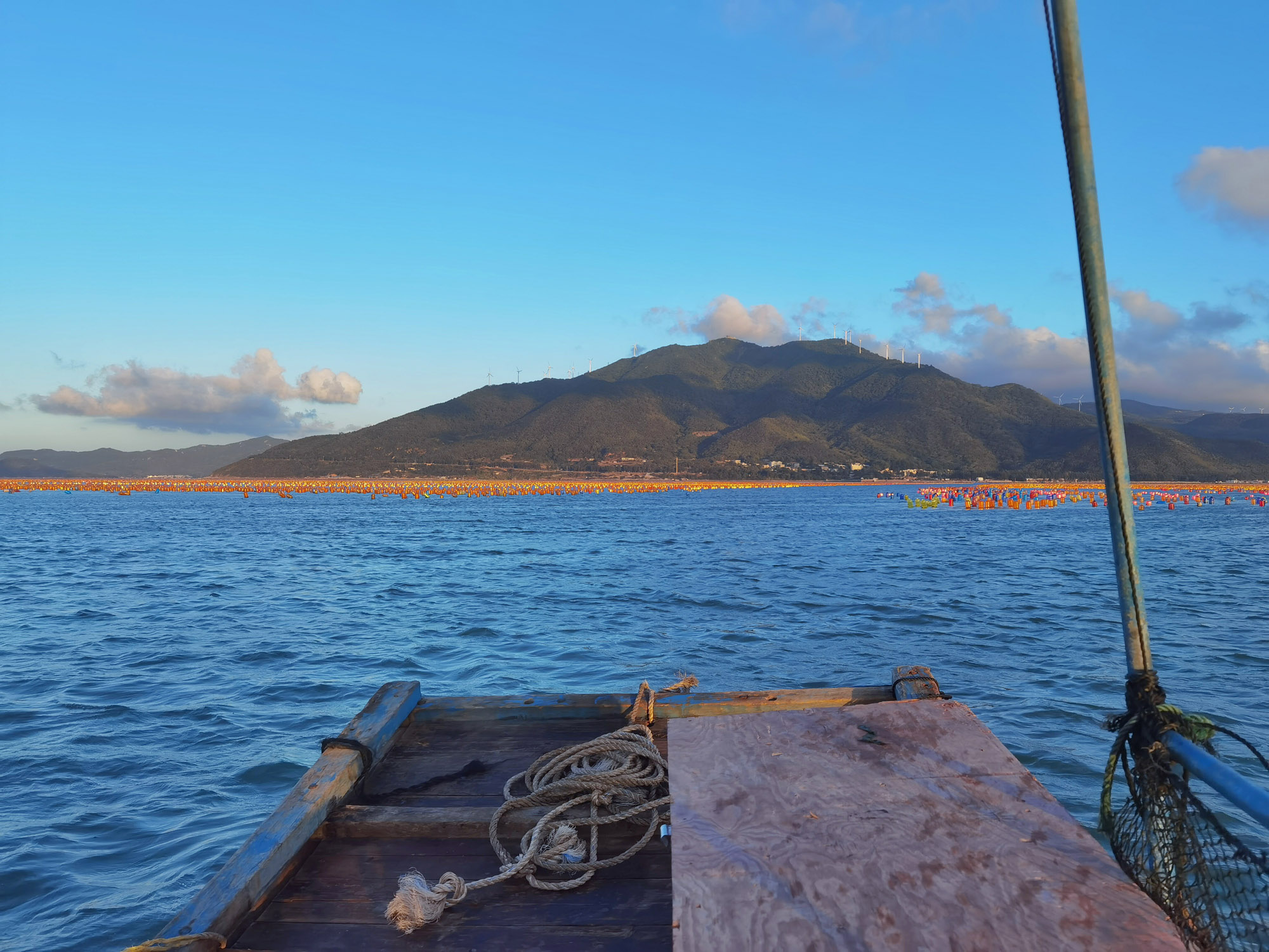 第二天傍晚组一条小渔船出海体验捕捞海鲜